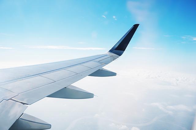 familie-van-dokkumburg-vliegtuig-wolken-nederland