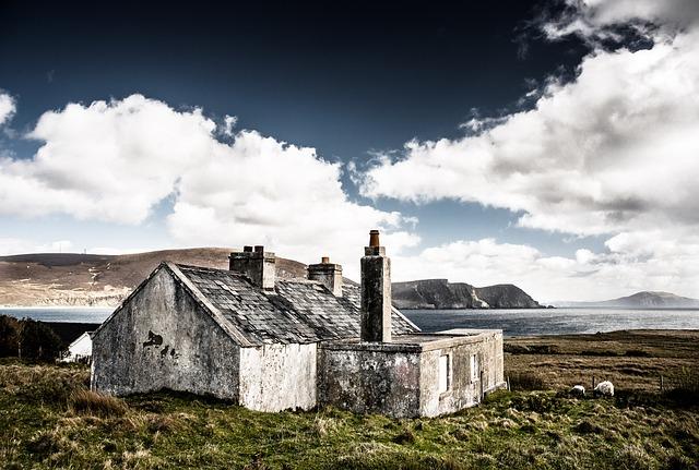 redenen huis verkopen wit huis uitzicht op de zee